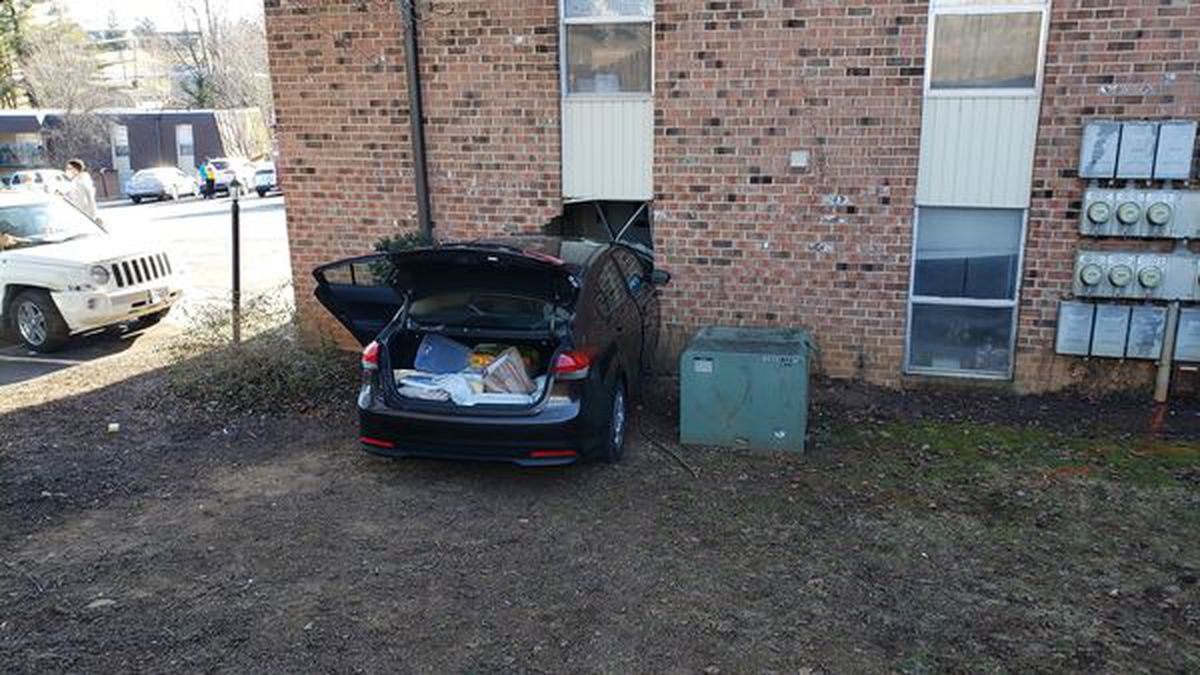 Car runs into Staunton apartment building