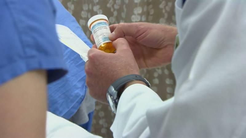 Doctor prescribes opioids